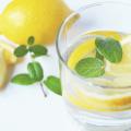 picie wody z cytryną, napój, woda z cytryną