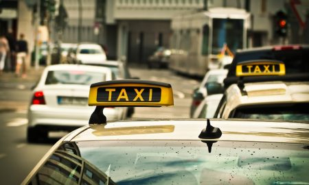 klient, taxi, noworodek w taksówce, klient znalazł dziecko w taksówce