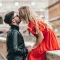 całować