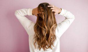 włosach