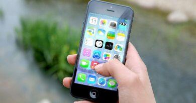"""Skutki nadużywania smartfonów są katastrofalne! Czym jest """"łokieć selfie"""" i """"SMS-owa szyja""""?"""